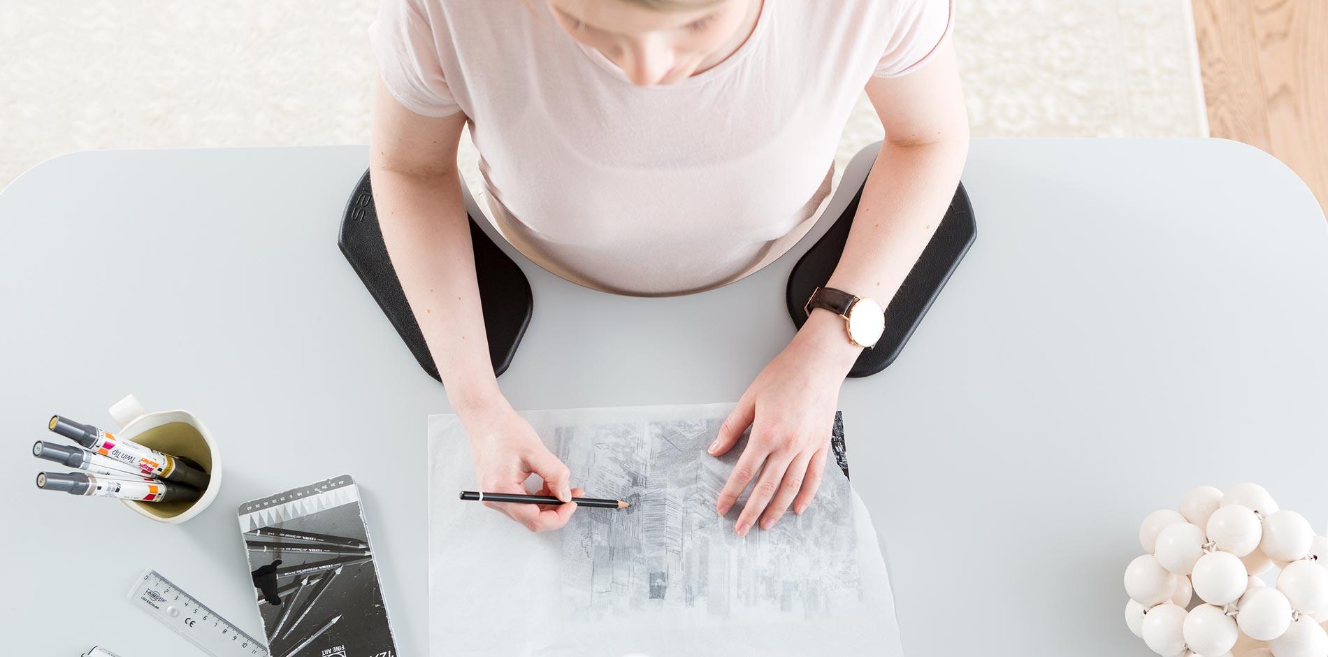 Ergonominen työpöytä ehkäisee niskakipuja